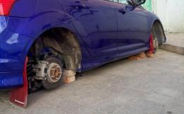 На Буковині знайшли викрадений автомобіль з якого зняли колеса