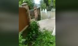 Через прорив дамби у Банилові вода затоплює подвір'я і будинки буковинців (відео)
