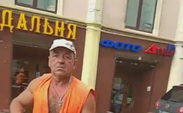 У Чернівцях комунальник накинувся на перехожого (відео)