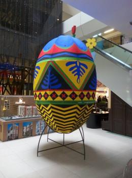 У Чернівцях в торговому центрі встановили триметрову писанку
