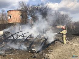 Через підпал сухої трави у Лужанах згоріла насосна станція (фото)