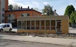 У Чернівцях біля перинатального центру з'явився кіоск: чиновник каже, що незаконно