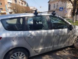 У Чернівцях на проспекті Незалежності невідомі розбили вікно автівки та викрали ноутбук