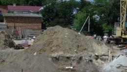 Через сусіднє будівництво у Чернівцях тріщить земля поруч з магазином