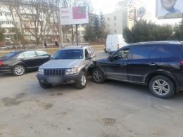 У Чернівцях на Комарова зіткнулися два позашляховика