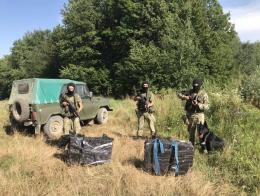 На Буковині контрабандисти покидали пакунки з цигарками та втекли до лісу