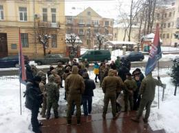 У Чернівцях група активістів у камуфляжах пікетувала прокуратуру через суд щодо «кіборга»