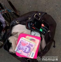 Поліція Буковини затримала «по гарячих слідах» серійну крадійку (фото)