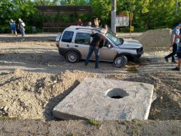 На Руській у Чернівцях позашляховик зніс бетонний блок і залишився без коліс