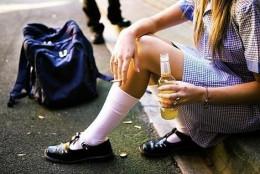 У Чернівцях група неповнолітніх розпивала алкоголь та палила цигарки у центрі міста