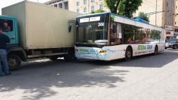 У Чернівцях на Степана Бандери тролейбус врізався у вантажівку (фото)