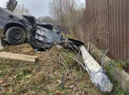 На Буковині «євробляха» BMW знесла бетонну електроопору