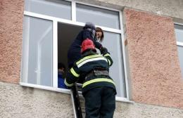 """На Буковині в гімназії рятувальники гасили """"пожежу"""" в кабінеті хімії (фото)"""