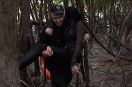 З'явилося відео, як поліцейський рятував жінку, яка вистрибнула з мосту (відео)