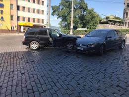 У Чернівцях на Гагаріна зіткнулись «Volkswagen» та «Subaru»
