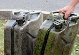 У Чернівцях п'яний чоловік облив свій будинок і дочку бензином (відео)