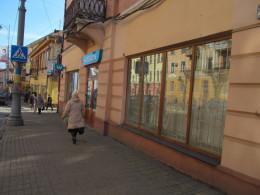 З магазинів у центрі Чернівців розпочали знімати рекламні наліпки