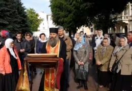 У Чернівцях віряни УПЦ МП другу добу моляться під стінами ОДА