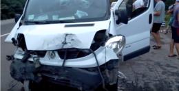 На Буковині зіткнулись легковик та мікроавтобус, машини сильно потрощені (відео)