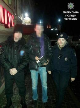У Чернівцях поліцейські з небайдужим чоловіком повернули власнику загублений гаманець