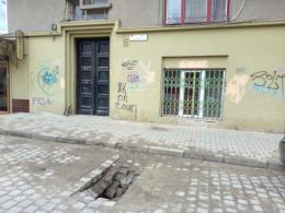 У центрі Чернівців обвалилась бруківка посеред вулиці