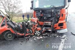 На Прикарпатті у смертельному ДТП легковик влетів у вантажівку