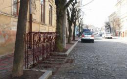На вулиці облаштували вертикальну велопарковку