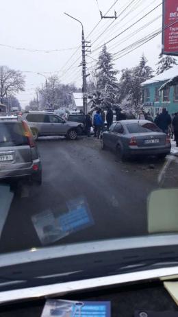 У Чернівцях в масштабній ДТП зіткнулися п'ять автівок