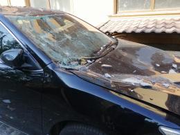У Чернівцях на Тойота Кемрі впав шматок карнизу