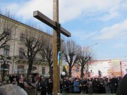 У Чернівцях депутати відмовились демонтувати дерев'яний хрест з Центральної площі