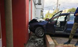 Подружжя патрульних затримали п'яного водія, який в'їхав у будівлю та намагався відстрілюватися (фото)