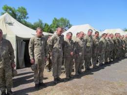 У Чернівцях місцеві жителі зустріли військових, що повернулись із фронту (фото)