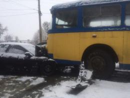 У Чернівцях Toyota зіткнулась із тролейбусом
