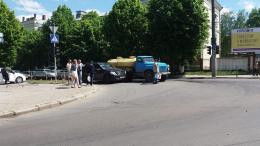 """У Чернівцях на Героїв Майдану зіткнувся джип із """"поливалкою"""""""