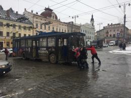 У центрі Чернівців пасажири власноруч штовхали зламаний тролейбус