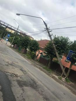 На Сторожинецькій у Чернівцях автівка врізалась в електроопору (фото)
