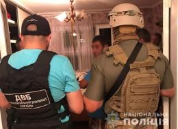 Поліцейського, якого в Чернівцях спіймали на продажі наркотиків, відпустили із СІЗО під заставу