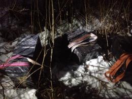 На Буковині неподалік кордону знайшли пакунки з контрабандними цигарками (фото)