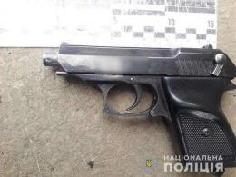 Поліція вилучила нелегальну зброю під час обшуків у буковинця, який облив нечистотами викладачку
