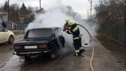 На Буковині через коротке замкнення електромережі на ходу загорівся ВАЗ-2106