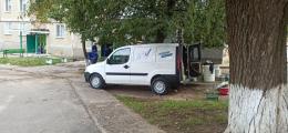 У Новодністровську «облагороджували» двори й під'їзди люди із символікою політичної партії (відео)
