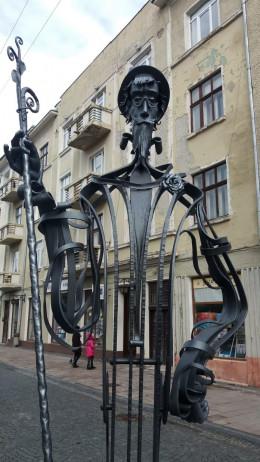 У Чернівцях на Кобилянській з'явився двірник із віником з троянд (фото)