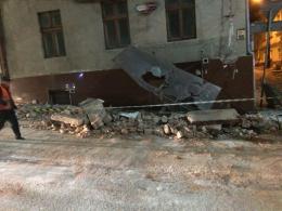 У Чернівцях на Шолом-Алейхема обвалилася частина фасаду будинку (фото)