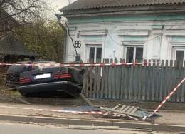 """У Чернівцях п'яний водій на """"Мерседесі"""" врізався в будинок на Винниченка"""