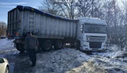 На Буковині через ожеледицю вантажівка з'їхала в кювет (фото)