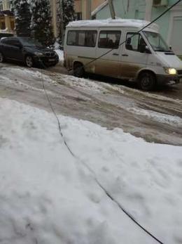 У Чернівцях на одній із вулиць вже кілька днів лежать обірвані дроти (фото)