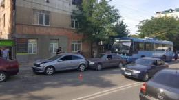 ДТП за участі тролейбуса та чотирьох легковиків