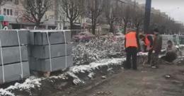 У Чернівцях на проспекті Незалежності почали укладати бордюри