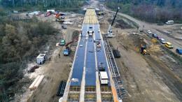 З'явились захоплюючі фото з висоти пташиного польоту будівництва моста у Маршинцях (фото)