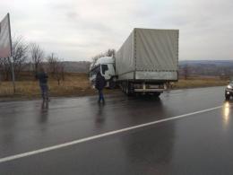 Під Чернівцями з траси злетіла вантажівка